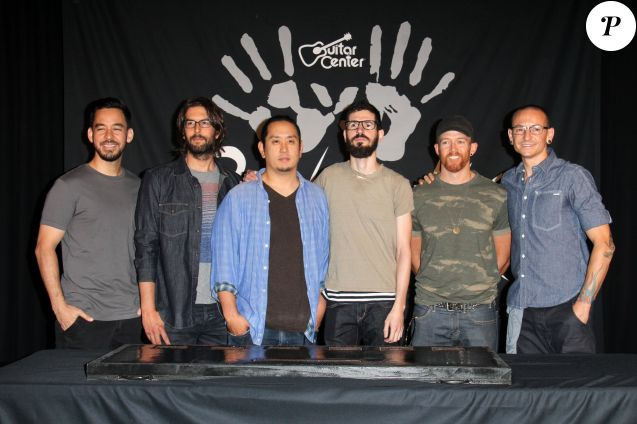 Linkin Park (Mike Shinoda, Rob Bourdon, Joe Hahn, Brad Delson, Dave Farrell, Chester Bennington) lors de l'intronisation du groupe au Guitar Center's Rockwalk à Los Angeles en juin 2014.