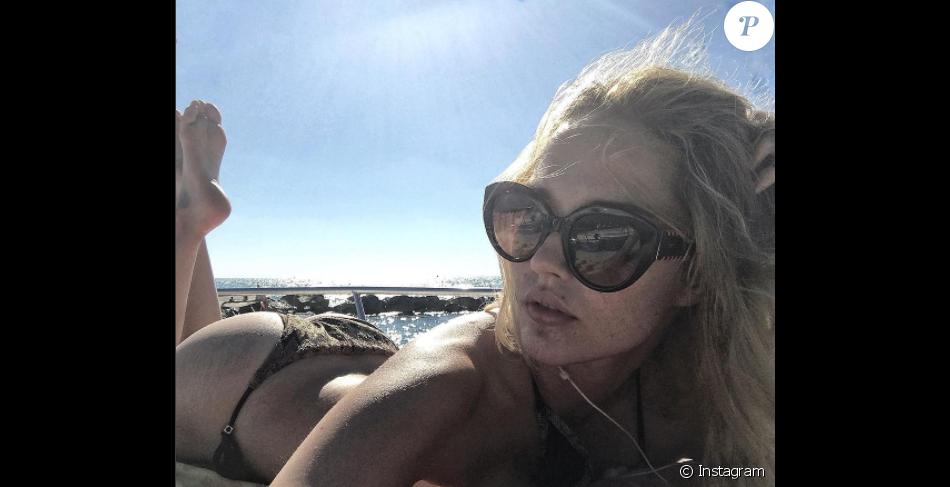 Camille Lou en bikini en Italie le 30 janvier 2017.