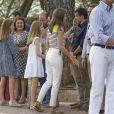 """""""Le roi Felipe VI d'Espagne, la reine Letizia et leurs filles Leonor, princesse des Asturies, et l'infante Sofia saluent les médias dans la cour du palais de Marivent à Palma de Majorque le 31 juillet 2017, lors de leur traditionnelle rencontre organisée avec la presse au début de leurs vacances."""""""