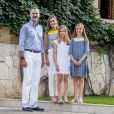 """""""Le roi Felipe VI d'Espagne, la reine Letizia et leurs filles Leonor, princesse des Asturies, et l'infante Sofia ont pris la pose dans la cour du palais de Marivent à Palma de Majorque le 31 juillet 2017, lors de leur traditionnelle rencontre organisée avec la presse au début de leurs vacances."""""""