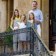 """""""Le roi Felipe VI d'Espagne, la reine Letizia et leurs filles Leonor, princesse des Asturies, et l'infante Sofia sont sortis dans la cour du palais de Marivent à Palma de Majorque le 31 juillet 2017 pour leur traditionnelle rencontre organisée avec la presse au début de leurs vacances."""""""