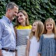 """""""Le roi Felipe VI d'Espagne, la reine Letizia et leurs filles Leonor, princesse des Asturies, et l'infante Sofia ont pris la pose en toute complicité dans la cour du palais de Marivent à Palma de Majorque le 31 juillet 2017, lors de leur traditionnelle rencontre organisée avec la presse au début de leurs vacances."""""""
