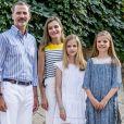 """""""Le roi Felipe VI avec la reine Letizia et leurs filles Leonor et Sofia, posent dans les jardins du palais Marivent à Palma de Majorque en Espagne le 31 juillet 2017.31/07/2017 - Majorque"""""""