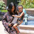 Kim Kardashian et sa fille North West à Calabasas le 22 juin 2017.