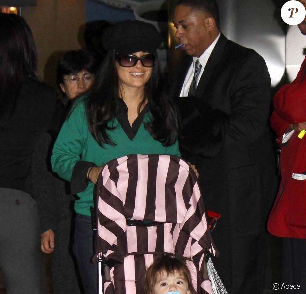Salma Hayek et sa petite Valentina à l'aéroport de New York le 6 février 2009