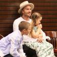 """Brooklyn Beckham dédicace son livre de photos """"What I See"""" au centre commercial The Grove en présence de son père David, ses frères Cruz et Romeo et sa soeur Harper à Los Angeles, le 2 août 2017"""
