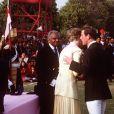 """La princesse Diana avec le prince Charles à Jaipur le 13 février 1992, lors de la remise de trophée au terme d'un match de polo au cours d'un voyage en Inde. Au moment où Charles veut embrasser Diana, elle détourne la tête. Leur dernier """"baiser"""" en public avant le divorce."""