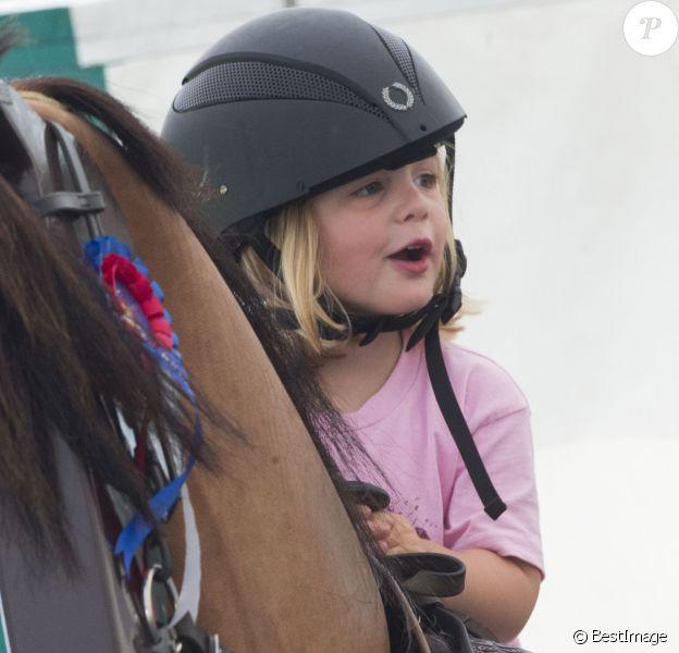 Mia Tindall, fille de Zara Phillips (Tindall) et de Mike Tindall, en selle sur un cheval mécanique lors du Festival of British Eventing à Gatcombe Park à Minchinhampton, le 4 août 2017. La relève est assurée !