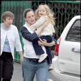 Violet Affleck dans les bras de sa mère (mamie en arrière-plan)