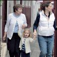 Violet Affleck marche mais à condition d'avoir des jouets : ici Violet est entourée de sa mère et de sa grand-mère