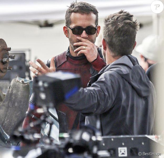 """Ryan Reynolds, lunettes de soleil sur le nez, sur le tournage de """"Deadpool 2"""" à Vancouver, le 16 août 2017."""