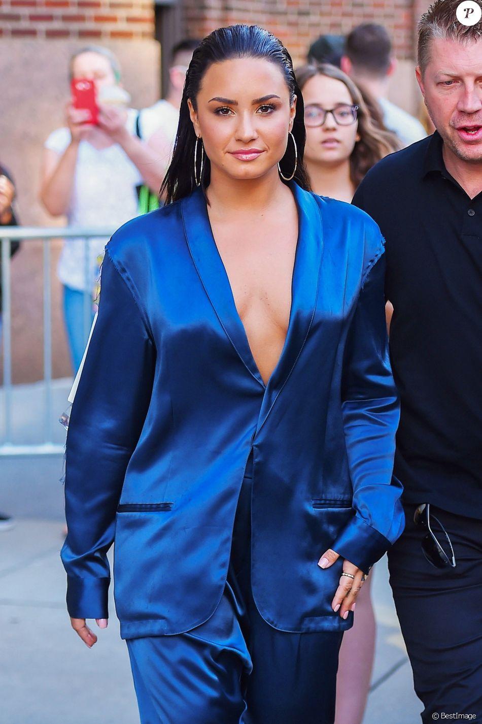 fe993d19151259 Demi Lovato porte un ensemble pyjama bleu électrique dans les rues de New  York, le