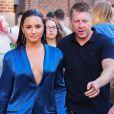 Demi Lovato porte un ensemble pyjama bleu électrique dans les rues de New York, le 17 août 2017