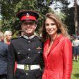 Rania de Jordanie pose fièrement avec son fils le prince héritier Hussein de Jordanie, qui est sorti de l'Académie militaire royale de Sandhurst, à Camberley dans le Berkshire, le 11 août 2011. Ses parents le roi Abdullah II de Jordanie, qui représentait la reine Elizabeth II pour la parade de sortie, sa mère la reine Rania, ses soeurs les princesses Iman et Salma ainsi que son frère le prince Hashem étaient tous présents.