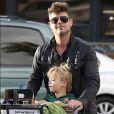 Exclusif - Robin Thicke laisse apparaitre ses fesses lorsqu'il charge ses courses dans sa voiture avec son fils Julian à Malibu le 3 novembre 2015.