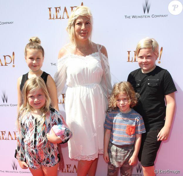 """Tori Spelling et ses enfants Stella, Liam, Hattie et Finn à la première de """"Leap !"""" au Pacific Theater de The Grove à Los Angeles, le 19 août 2017."""
