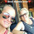 Laeticia Hallyday pose avec complicité avec sa grand-mère  Elyette, lors de ses vacances à Saint-Barthélemy. Instagram, le 24 août 2017.