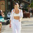 Bella Hadid, toute de blanc vêtue, se promène dans les rues de New York. Le 24 août 2017.