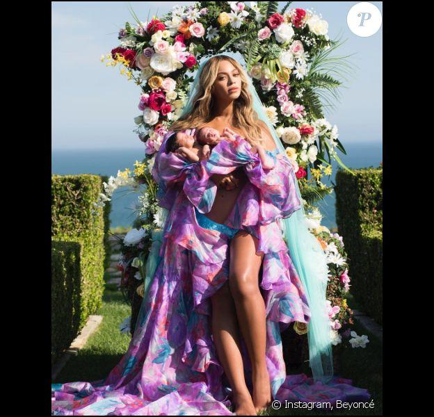 Beyoncé pose avec ses jumeaux, Sir Carter et Rumi. Juillet 2017