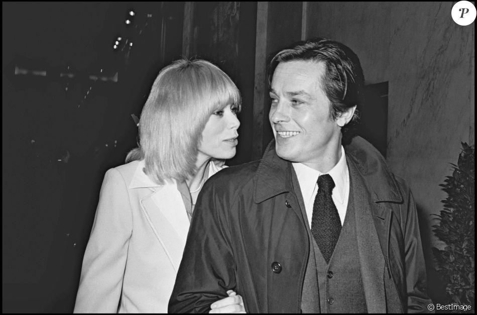 ARCHIVES - Mireille Darc et Alain Delon à Paris en 1975.