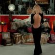 Mireille Darc et sa fameuse robe dans Le Grand Blond avec une chaussure noire.