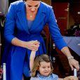 Catherine Kate Middleton, duchesse de Cambridge et sa fille la princesse Charlotte de Cambridge - Le couple princier d'Angleterre et leurs enfants à leur arrivée à l'aéroport de Berlin-Tegel à Berlin, le 19 juillet 2017, lors de leur visite officielle de 3 jours en Allemagne.