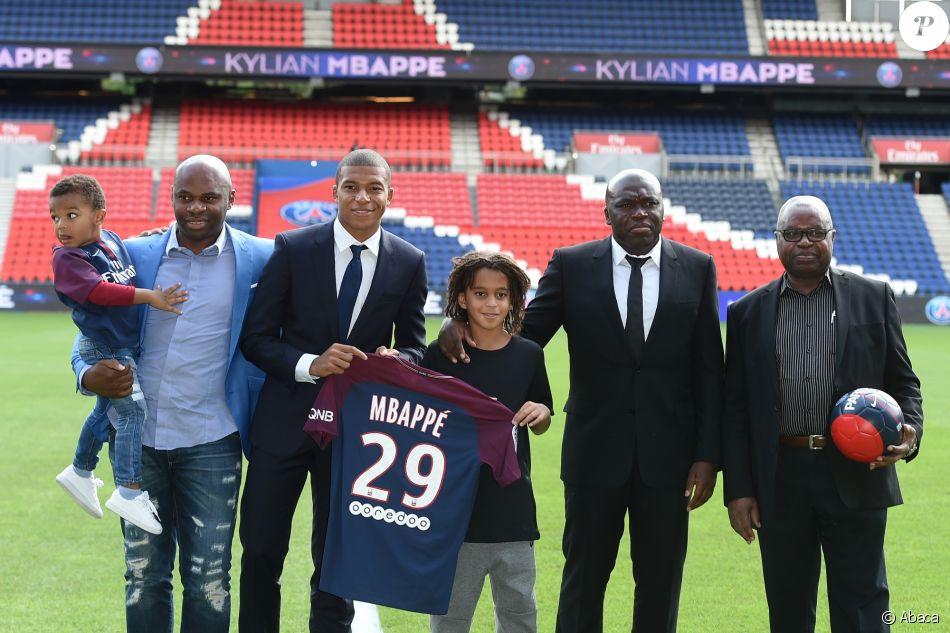 Kylian Mbappé et sa famille lors de sa présentation officielle au PSG (Paris-Saint-Germain) au Parc des Princes à Paris, le 6 septembre 2017.