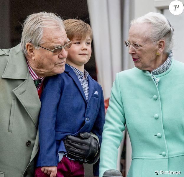 Le prince Henrik et la reine Margrethe II de Danemark avec leur petit-fils le prince Vincent au palais de Marselisborg à Aarhus le 16 avril 2017 pour les 77 ans de la monarque.