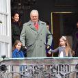 Le prince Henrik de Danemark avec ses petites-filles la princesse Athena et la princesse Josephine au palais de Marselisborg à Aarhus le 16 avril 2017 lors du 77e anniversaire de la reine Margrethe II.