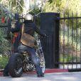 Brad Pitt sur sa moto, reste bloqué devant son portail