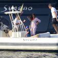 Exclusif - Pier Silvio Berlusconi fait du paddle avec sa compagne Silvia Toffanin et leur fils Lorenzo Mattia, (né le 10 juin 2010) à Saint-Tropez le 27 aout 2017.