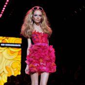Pour les 50 ans de Barbie, un magnifique défilé de poupées grandeur nature...