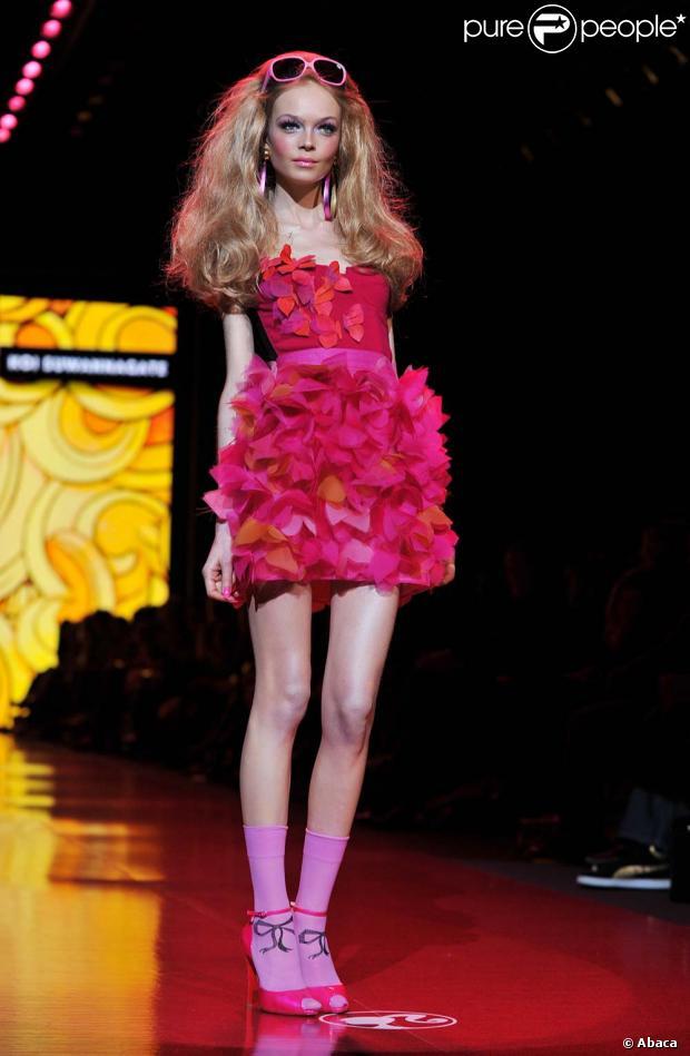 Pour les 50 ans de barbie un magnifique d fil de poup es grandeur nature - Barbie grandeur nature ...
