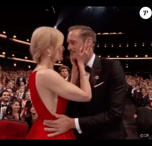 Nicolas Kidman embrasse Alexander Skargard devant son époux Keith Urban lors de la 69e cérémonie des Emmy Awards à Los Angeles, le 17 septembre 2017.