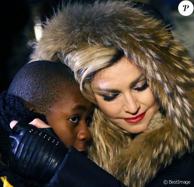 Exclusif - Madonna se recueille avec son fils David sur la place de la République vers 1h00 du matin après son concert à l'AccorHotels Arena (Bercy) à Paris le 9 décembre 2015. Madonna accompagnée de son guitariste a improvisé une prestation en acoustique de Ghosttown, Imagine de John Lennon et son tube Like a Prayer en hommage aux victimes des attentats terroristes de Paris.