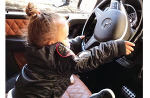 Amel Bent : Sa fille Sofia joue les adorables