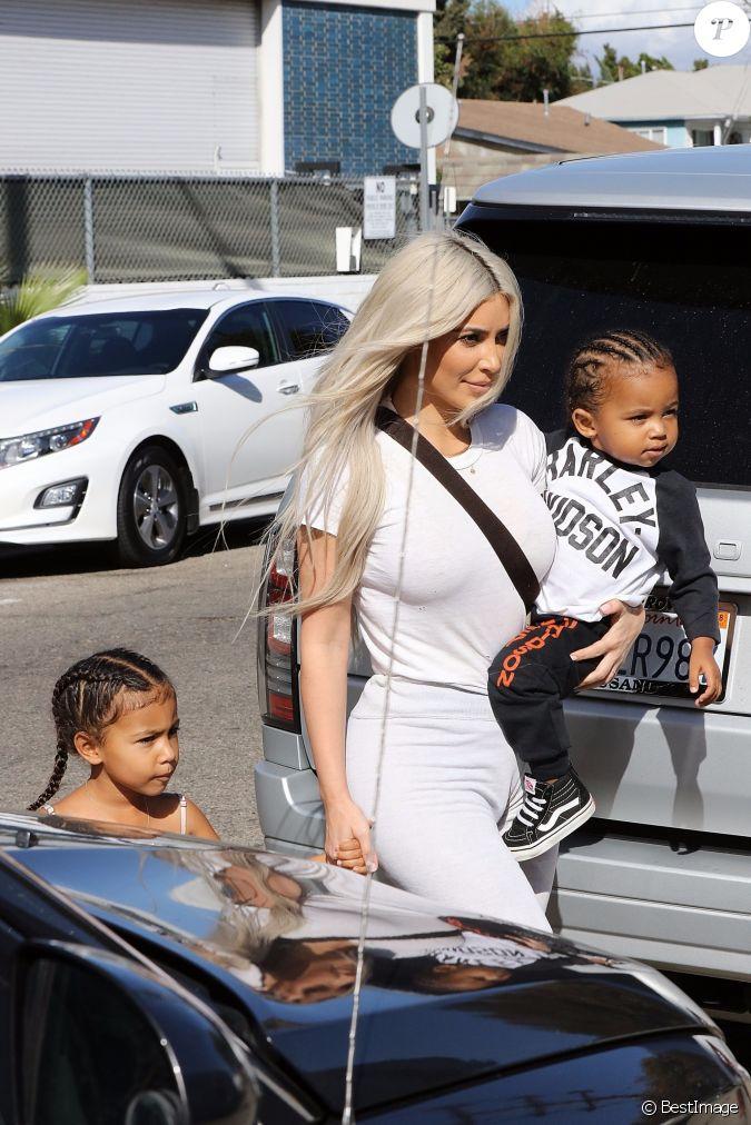 kim kardashian avec ses enfants north west et saint west la famille kardashian faire du patin. Black Bedroom Furniture Sets. Home Design Ideas