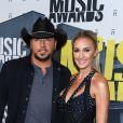 Jason Aldean et sa femme Brittany Kerr, enceinte, lors des 2017 CMT Music Awards au Music City Center à Nashville, le 7 juin 2017.