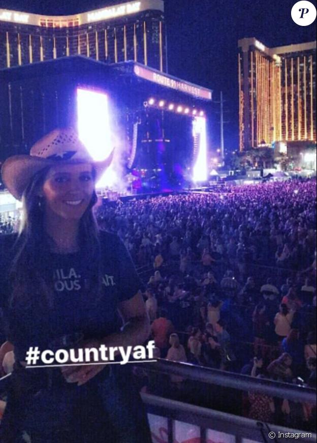 Laura Robson devant le Mandalay Bay Resort and Casino à Las Vegas le 1er octobre 2017 quelques minutes avant la fusillade qui a fait au moins cinquante morts et plus de 400 blessés lors d'un festival de musique country.