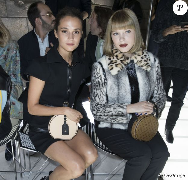 Alicia Vikander et Léa Seydoux - Défilé Louis Vuitton, collection printemps-été 2018 à la Pyramide du Louvre. Paris, le 3 octobre 2017. © Olivier Borde / Bestimage
