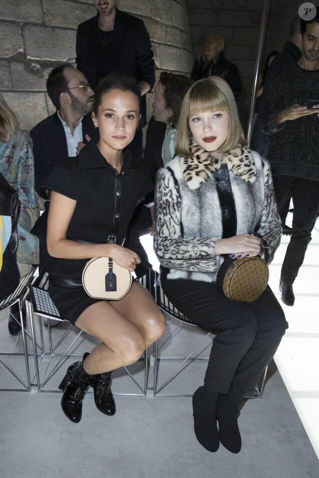 Alicia Vikander et Léa Seydoux - Défilé Louis Vuitton, collection printemps-été 2018 à la Pyramide du Louvre. Paris, le 3 octobre 2017. © Olivier Borde / Bestimage
