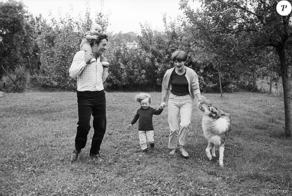 Archives - En France, Jean Rochefort chez lui avec sa femme Alexandra et leurs enfants Marie et Julien le 1er juillet 1965