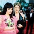 """Björk et Catherine Deneuve montent les marches du Festival de Cannes pour """"Dancer ine the Dark"""", en mai 2000."""