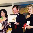 """Lars von trier entre Björk et Catherine Deneuve, primés à Cannes pour """"Dancer in the Dark"""", en mai 2000."""