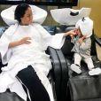 """""""Amel Bent chez le coiffeur avec sa fille Sophia, 1 en et demi. Instagram, le 15 septembre 2017."""""""