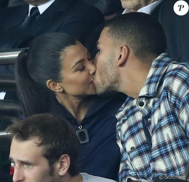 """Kourtney Kardashian et son compagnon Younes Bendjima s'embrassent lors du match de Champions League """"PSG - Bayern Munich (3-0)"""" au Parc des Princes à Paris, le 27 septembre 2017. © Cyril Moreau/Bestimage"""