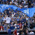 """""""Ashton Kutcher et sa femme Mila Kunis chauffent le public lors du match de la série mondiale, Match 6 de Houston Astros contre Los Angeles Dodgers à Los Angeles, le 31 octobre 2017"""""""