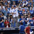 Ashton Kutcher et sa femme Mila Kunis chauffent le public lors du match de la série mondiale, Match 6 de Houston Astros contre Los Angeles Dodgers à Los Angeles, le 31 octobre 2017