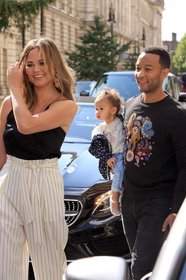 Chrissy Teigen, son mari John Legend et leur fille Luna à la sortie de leur hôtel à Londres. Le 12 septembre 2017.