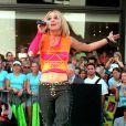 Britney Spears en juin 2000 à New York lors d'une prestation devant MTV. Un look coloré voire, pas très harmonieux...